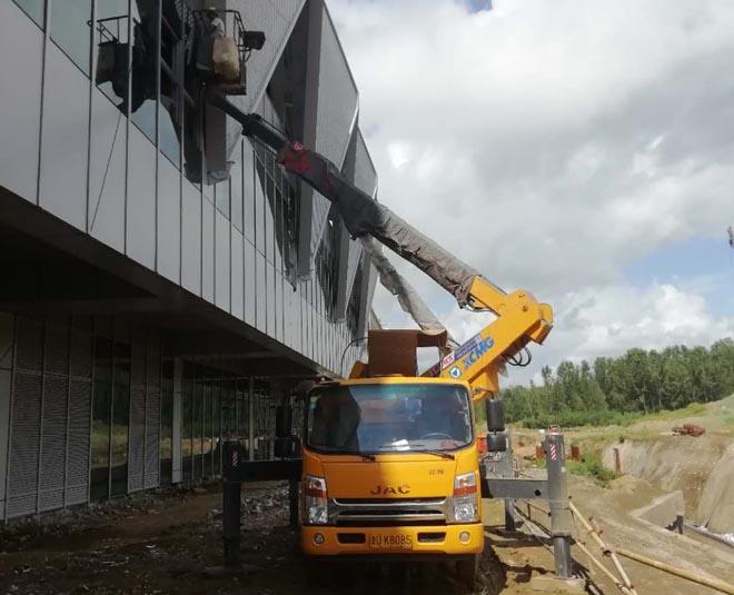 21米高空作业车助力地铁项目外墙设备安