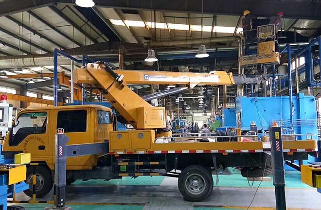 14米混合臂高空作业车助力某工厂车间改