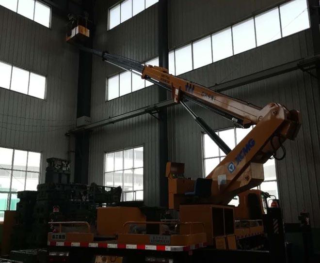 直臂式高空作业车助力车间设备安装